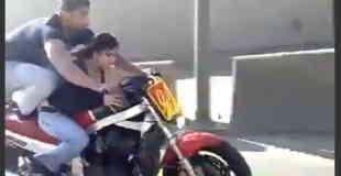 【衝撃動画】公道で二人乗りのバイクが曲芸走行してるwww
