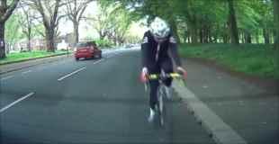 【動画】停車している自動車に前も見ずに突っ込んでくるサイクリングおじさん