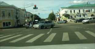 【動画】交差点で車とバイクが衝突…しかしバイクの運転手が車の上に着地