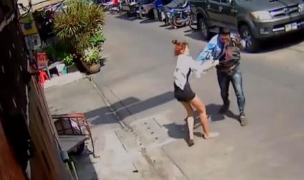 【動画】真昼間にガールフレンドを刺しまくって逃げる男