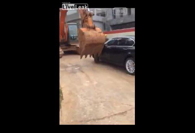 【衝撃映像】中国で違法駐車してる車はこうなるwwwwwwww