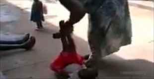【衝撃動画】深刻な問題!ウガンダの女性によるエグい児童虐待映像!!(動画1本)