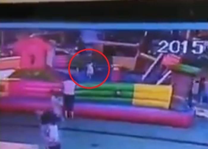 【動画】バルーンのお城が風で女の子ごと飛んでいって、女の子が落ちて死亡