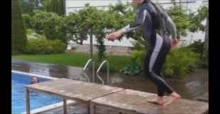 【笑いの神降臨】これは予想できなかったプールへの飛び込みwww