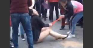 【衝撃動画】公衆の面前で旦那の浮気相手の女性のパンティー破る妻。