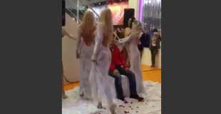 【エロ注意】ブロンドの巨乳美女たちが売上アップのためにすることwww