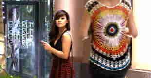 【イタズラ動画】街中で美女のスカートがめくれてパンティ見えてたらどうする?