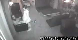 【動画】レストランの防犯カメラに映った対面座位でセックスしてるカップルwww