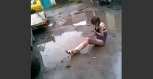 【エロ注意】オマ○コ丸出しで泥だらけになる薬物中毒のロシアの女性。