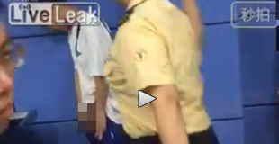 【動画】地下鉄でペニスぶるんぶるんして女警察官にビンタされる男w