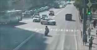 車とバイクが衝突し宙を回転しながら車を飛び越えるライダー