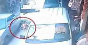 駐車車両を押し退けながら暴走してきたバスが小さな女の子を轢く