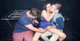 【動画】クラブで1人の男にディープキスされながら別の男に手マンされてる女がいる・・・
