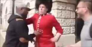 バッキンガム宮殿の衛兵をからかっていた黒人がぶん殴られて失神w