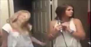 【ハプニング動画】女子大生がセクシーダンスしながら熱唱中に友達がおふざけした結果・・・(動画1本)