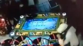 【動画】マチェーテを持った男がゲームルームに乱入してくる