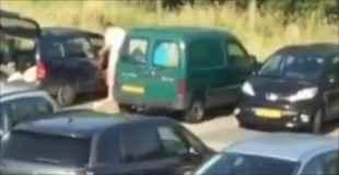 【動画】真昼間から駐車場でカーセックスするカップル