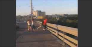 """【衝撃動画】""""生死不明""""何者かに突然橋の上から投げ落とされる少年"""