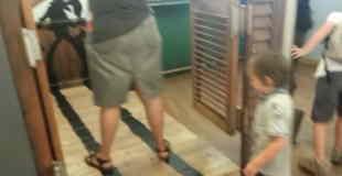 【衝撃動画】ママの不注意で子供が吹っ飛ぶ!