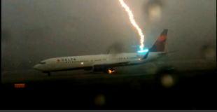 【衝撃動画】旅客機への落雷の瞬間。