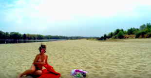 【エロ注意】ドローンで撮影してたらトップレスの熟女が日光浴してた件www