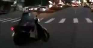 聴覚障害者の女性が運転するスクーターが緊急車両の接近に気付かず交差点に進入した結果・・・