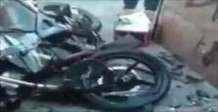 2人乗りのバイクが壁に激突した事故直後の映像