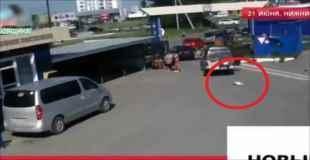 お父さんが運転する車から落ちてタイヤに潰され、1歳の赤ちゃんが死亡