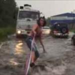 【動画】ロシアの若者は洪水の街をウェイクボードで進む