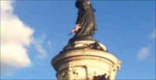 パリのマリアンヌ像(自由の女神)に登っていた男性。落下して死亡。その瞬間の映像がアップされる。