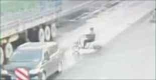 破裂して吹き飛んだように見えるのは頭!?中国でヤバい事故の瞬間が撮影される。