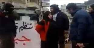 【閲覧注意】シリアで撮影された女性が拳銃で処刑される映像。