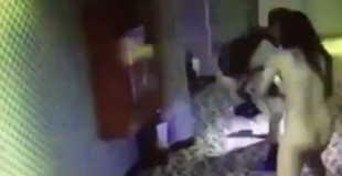 【防犯カメラ】売春婦をナイフで脅し服を盗んで逃走する男。