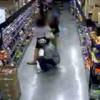 【防犯カメラ】スーパーで女性のスカートの中身を携帯電話で盗撮する男。