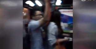 【動画】バスの中で女性の股の間にぺ○スを擦り付ける痴漢。