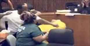 3歳の少女を殺した男に少女の父親が裁判中殴り掛かる