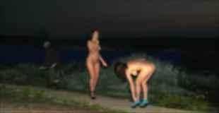 【画像】ロシアの湖に露出狂と思われる真っ裸の2人の美女が現れる!