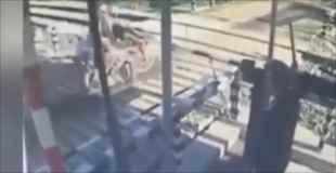 【動画】踏み切りの遮断機を破壊したバイクが線路で倒れて電車に轢かれる