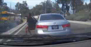 【動画】前を走っている車から運転手が降りた…無人の車が走り出した