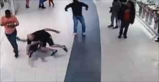 【動画】逃げる強盗にタックルして捕まえた男
