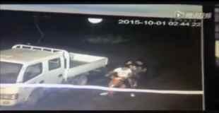 【衝撃】バイクに4人乗りしようとしてる若者、モタモタしてた結果・・・(動画)