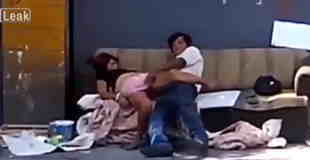 【エロ注意】ホームレスのカップルが白昼堂々とソファで青姦。