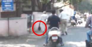 【閲覧注意】斧で切断した妻の頭部を手に街中を歩く60歳の老人…。