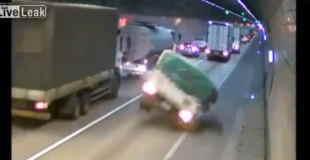 【動画】シンナーを満載したトラックがトンネルで横転した結果…。