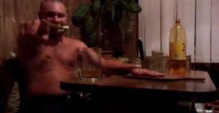 【激痛】酔ってクレイジーな遊びをするロシア人男性。