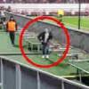 【衝撃動画】プロサッカーの試合で客がグランド走り回ってからの衝撃の逃走方法www