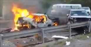 【動画】炎上する車の中で焼かれている自動車事故