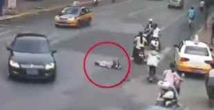 【閲覧注意】交通量の多い道路に寝そべりのんびりと自殺している人…。