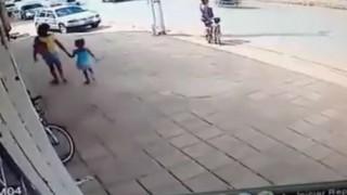 【閲覧注意】大型ワゴンが思いっきり子供を轢いて吹っ飛ばしている動画…