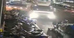 【衝撃映像】一瞬で金属サンドイッチに… 酔っ払いドライバーが起こした大事故の動画…